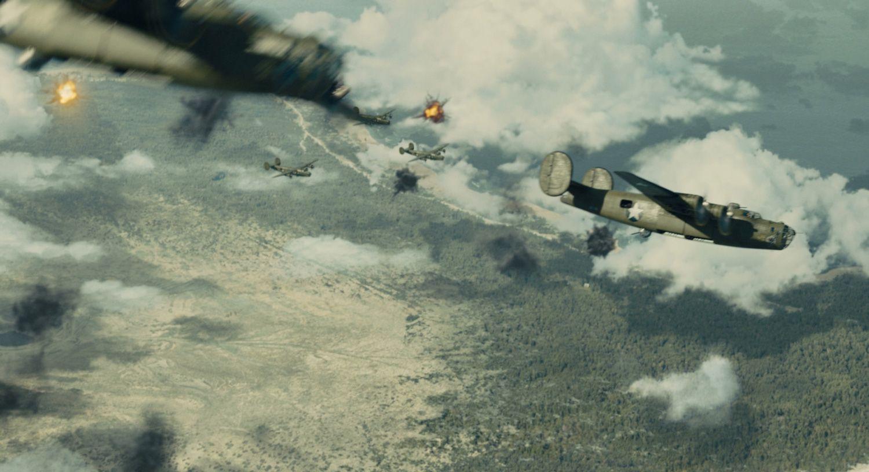 投弾後も撃ち上げる砲弾幕に包まれるB24の編隊