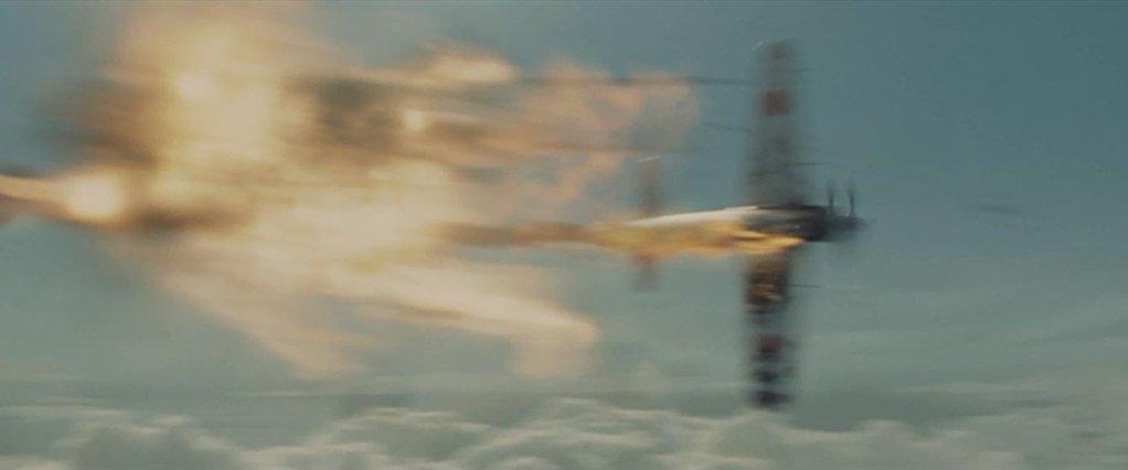 上部銃塔のピルズベリの銃撃を受け、大きく炎上する零戦