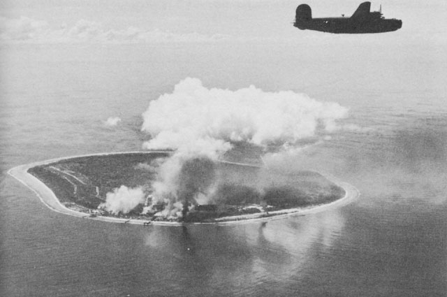 B24の爆撃で白煙をあげるナウルの日本軍基地