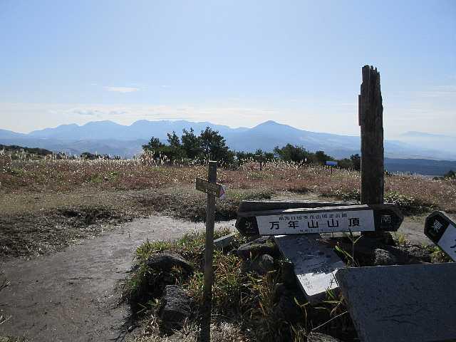 IMG_0154万年山山頂1140m 後方に九重連山  10:30~11:10