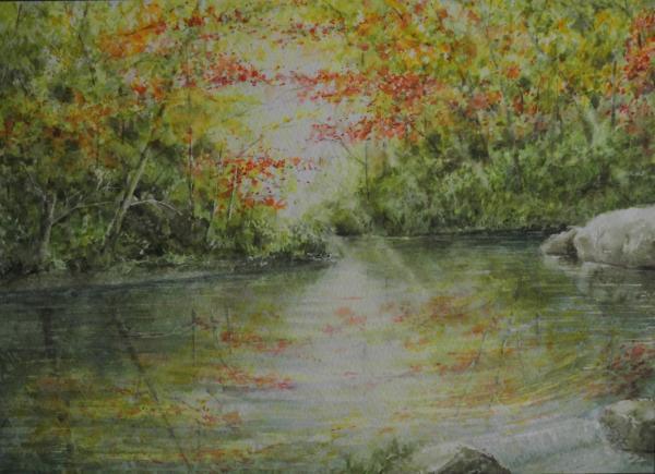 溪谷の水面に写る秋