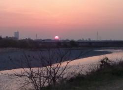 多摩川に昇る朝日