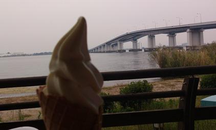 びわ湖大橋を眺めながらラフランスソフト