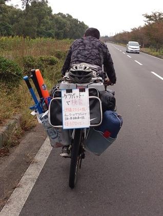 前を行くキャンパー風のサイクリスト