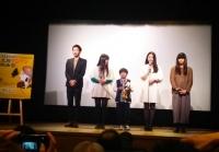 「見栄を張る」の舞台挨拶の様子。右端が藤村明世監督。すぐとなりが主演の久保陽香さん。