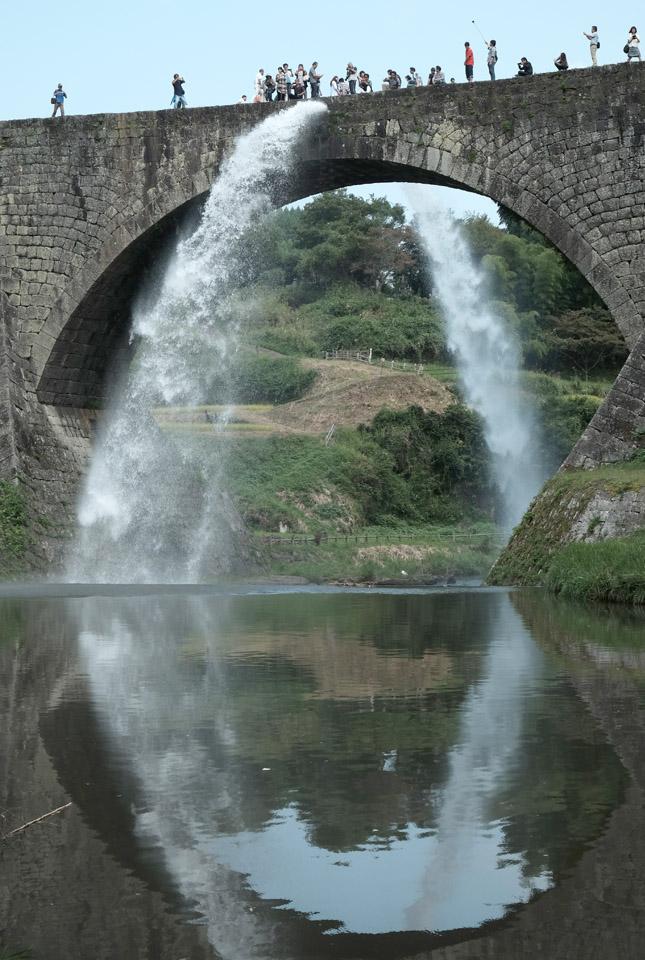 8427 通潤橋 放水開始 645×960