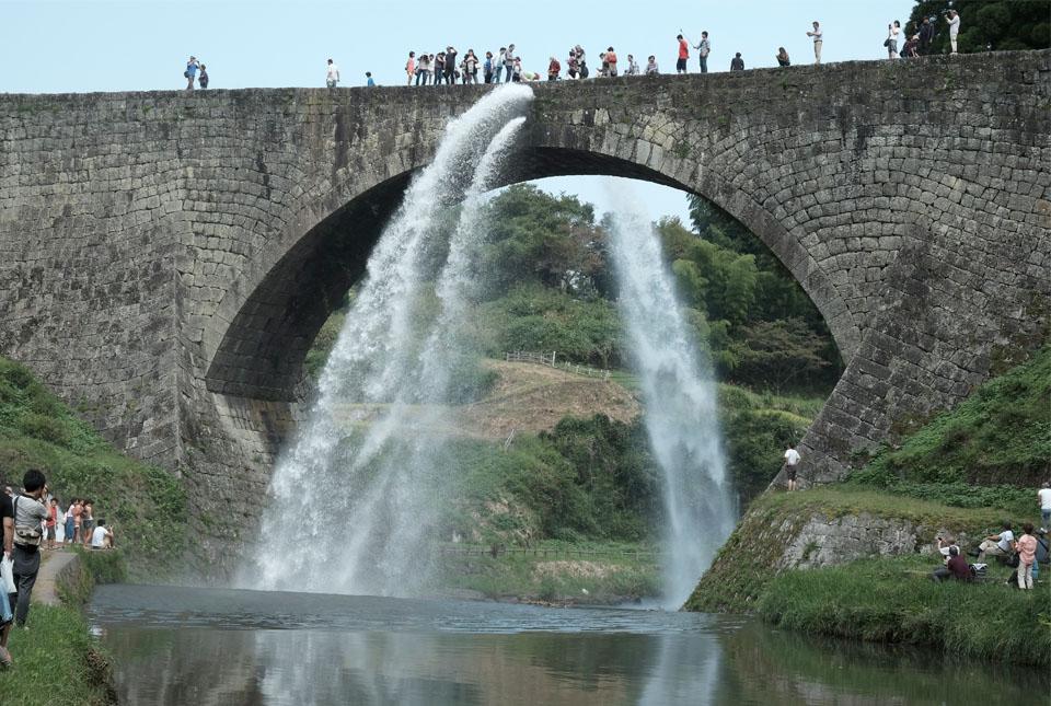 8429 通潤橋 放水開始 960×645