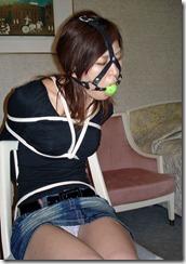 縛られてオレを見つめる嫁の顔がたまらないSMエロ画像04