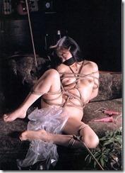 縛られてオレを見つめる嫁の顔がたまらないSMエロ画像07