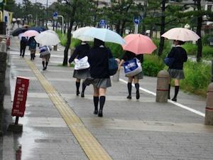 雨の通学路