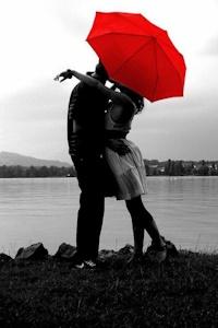 傘に隠れながら
