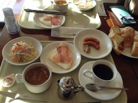 朝日の当たるテーブルで朝食、気持ちいい!