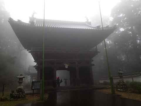 霧で霞む山門