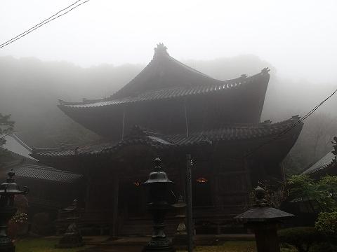 本堂も霧の中