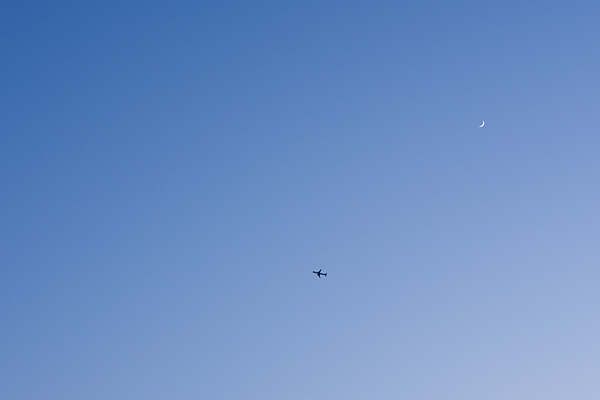 三日月と飛行機