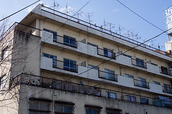 古い住宅と屋上のアンテナ