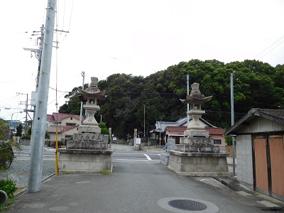 高岳神社道路反対側から