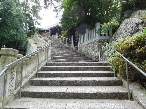高岳神社本殿へ上る