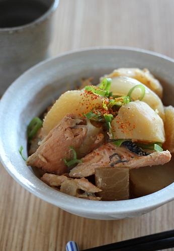 鮭のアラと大根とじゃが芋の煮たの
