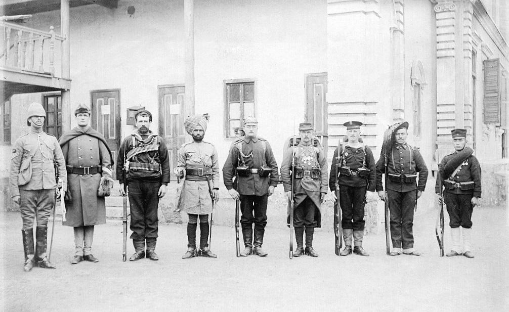 連合軍の兵士(1900年)。左から、イギリス、アメリカ、ロシア、イギリス領インド、ドイツ、フランス、オーストリア=ハンガリー、イタリア、日本。