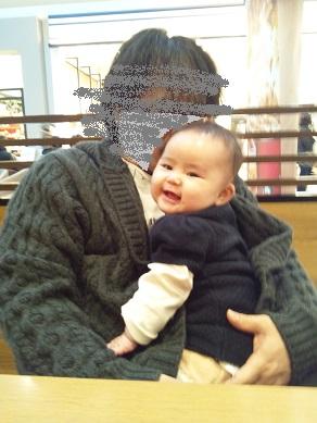 いちご5カ月 スタバでパパ抱っこ