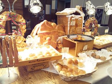 朝食バイキングのパンコーナー