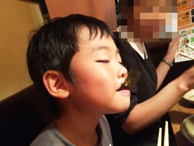 韓国のりを食べる陸ちゃん