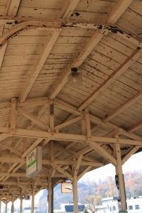 手前はレール、奥は木材で屋根を組んでいます
