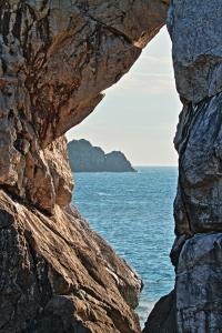立ち位置を変えれば、立厳岩の先にひじき島