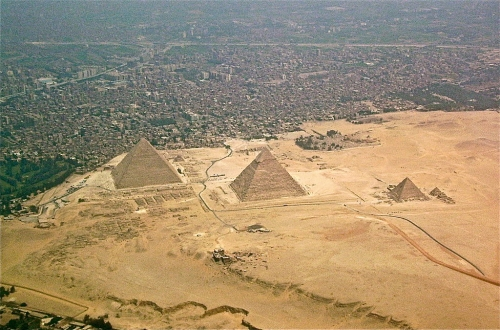 1024px-Giza-pyramids_20151028160115d3d.jpg