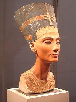 250px-Nefertiti_berlin.jpg