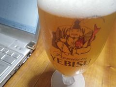 [写真]恵比寿さまの鯛が赤くなったビールグラス