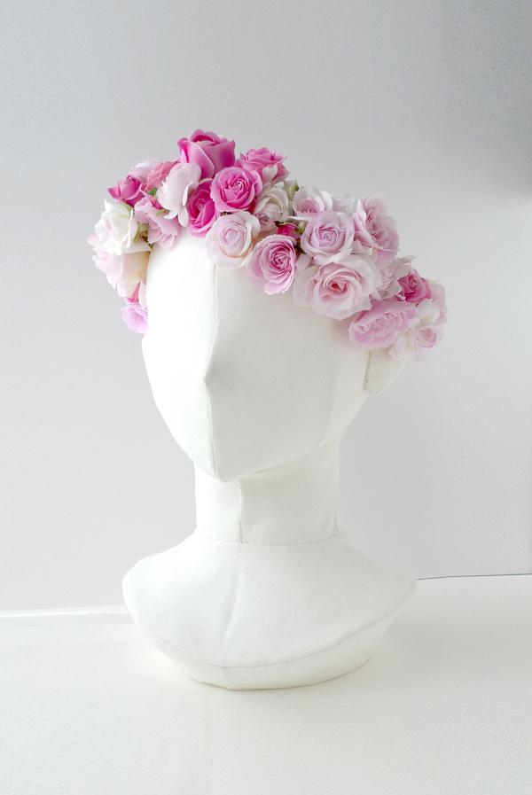 ウェディングのヘッドドレス.花冠の着用画像.ピンクのバラ.フラワーリース.アーティフィシャルフラワー.造花