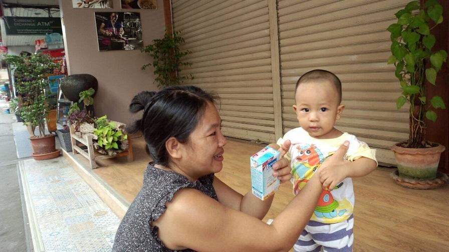 タイ・チェンマイのお母さんと子ども。日本人の子育ての時のイライラは、感じませんね