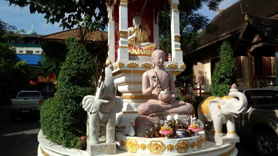 チェンマイのナイトバザール近くの寺院 このお寺のお堂の中でマッサージをしています。料金は、街の中よりとても安く、マッサージ代の一部がお寺の収益になります。タイの寺院は、蚊に刺されながら心も身体も癒すところです。あちこちにあるセブンイレブンには、日本物より効果絶大の蚊よけクリームを売っています。デング熱やマラリアにならない為にも必需品