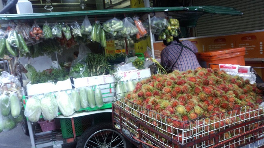 バンコクの市場街 お店あり、屋台あり、行商あり、何でもありです。