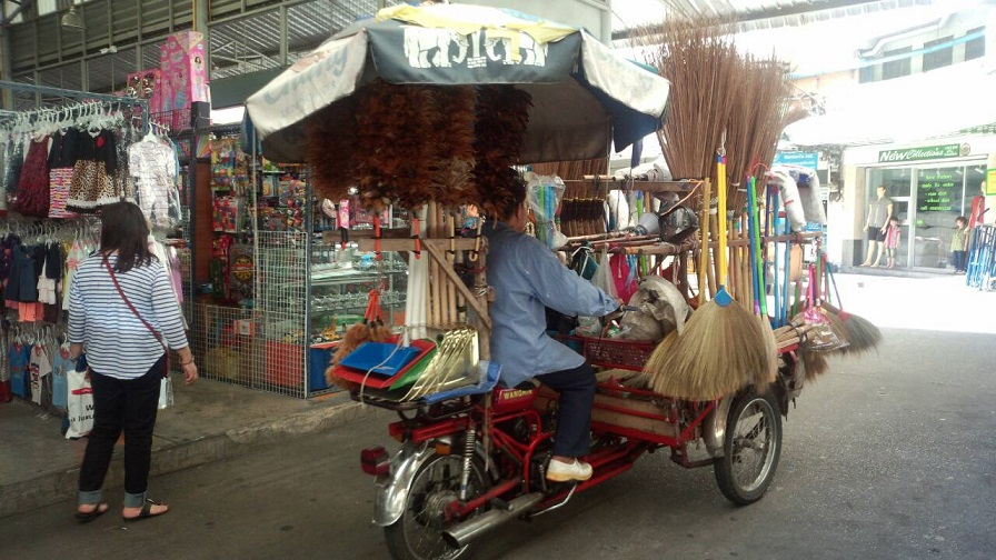 バンコクの市場街 お店あり、屋台あり、行商あり、何でもありです。おじさんは、自転車に乗って生活用品一式売っています