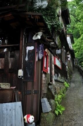 猫の細道5艮神社脇のこみちは「猫の細道」と呼ばれています。このこみちの周辺には空き家を再生したカフェやお店などが点在しています