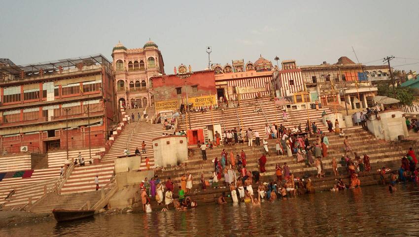 ミーママインド旅56母なるガンガー(インド人達の信仰するガンジス川)で洗濯や沐浴したりお祈りする人々