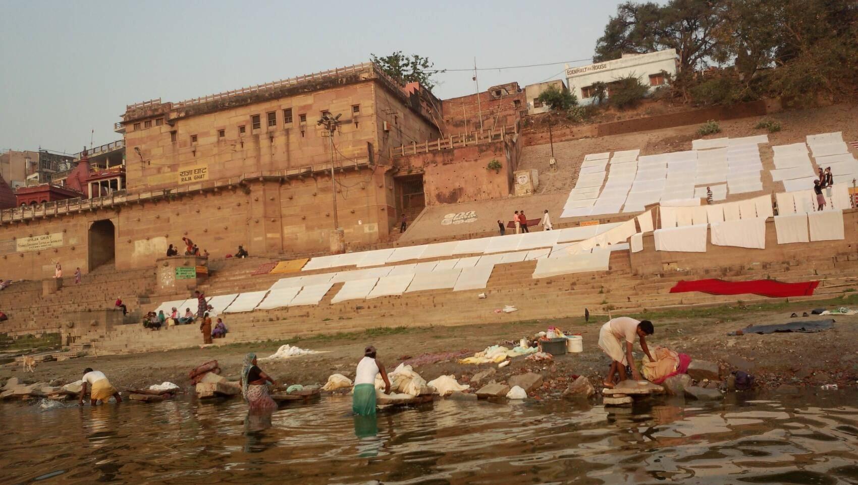 母なるガンガー(インド人達の信仰するガンジス川)で洗濯や沐浴したりお祈りする人々