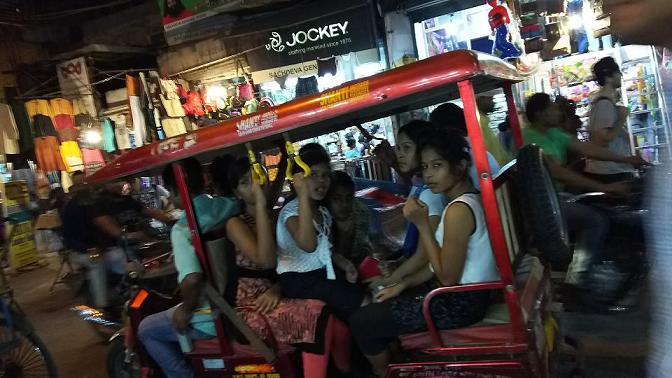 ミーママインド旅92オートリクシャー(自動三輪車のローカルタクシー)にてんこ盛りに乗るインドの女性達8888