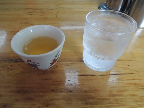 水と温かいジャスミンティー
