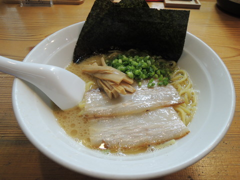 豚骨醤油らーめん(700円)