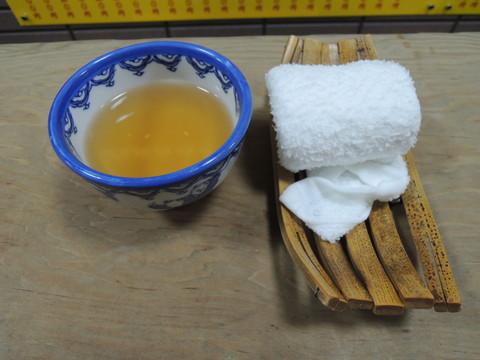 温かいお茶とオシボリ