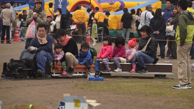 客車に乗るカミさんと子供と、汽車を操縦するオヤジ