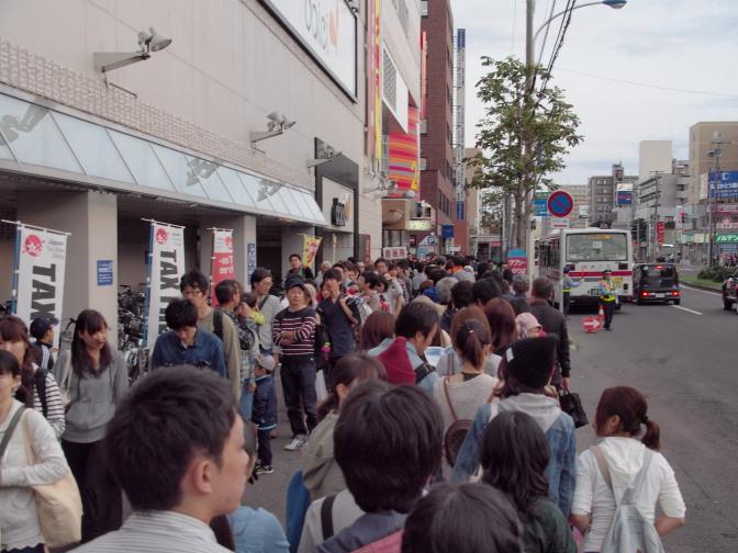 地下鉄栄町駅前にはすでに長蛇の列