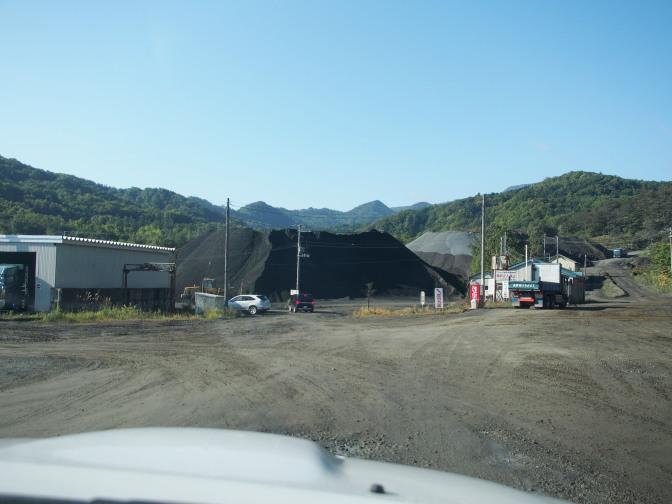 採石場内に空沼岳登山口への案内看板がある