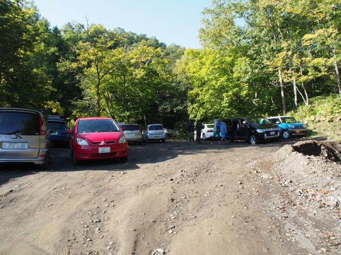 橋の手前の駐車スペース(※実際の登山口はここから1kmほど先)