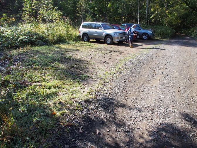 手前の駐車スペースから登山口までの山道にも駐車スペース有り