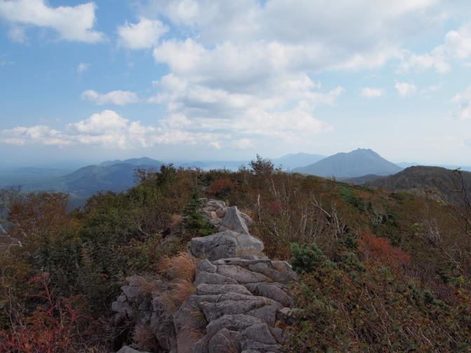 空沼岳山頂から望む風不死岳と樽前山(左)、恵庭岳(右)